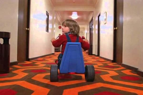 Otra imagen mítica de El Reslandor: Danny con su triciclo por los pasillos del hotel