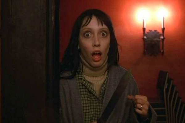 Momentos tensos en El Resplandor. Wendy con un cuchillo en la mano y expresión aterrorizada